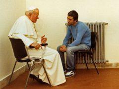 教皇ヨハネ・パウロ2世と暗殺未遂犯のアリ・アジャ