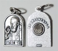 パードレ・ピオの聖遺物付きメダイ