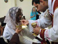初聖体を受ける101歳のペーニャ夫人