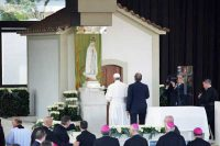 ファティマで祈られる教皇フランシスコ