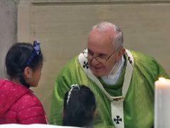 フランシスコ教皇様と少女たち