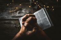 本と祈る手