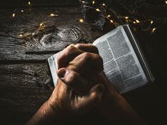 アイキャッチ用 本と祈る手